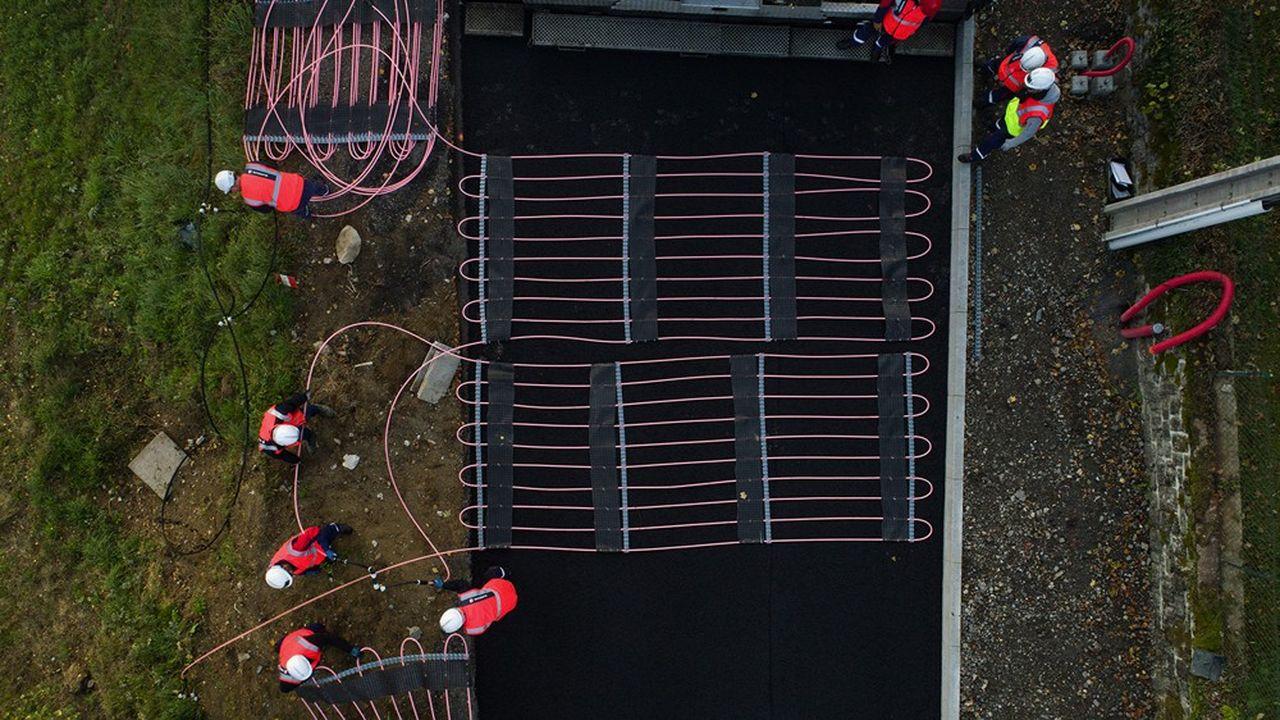 A Egletons (Corrèze), 120 mètres de route en pente sont équipés sous la chaussée de tubes où un fluide transporte la chaleur depuis un réseau de chaleur local pour la déneiger en hiver. C'est la sixième installation de la route thermique du groupe Vinci depuis son démonstrateur de Saint-Arnoult (Yvelines) lancé il y a deux ans.
