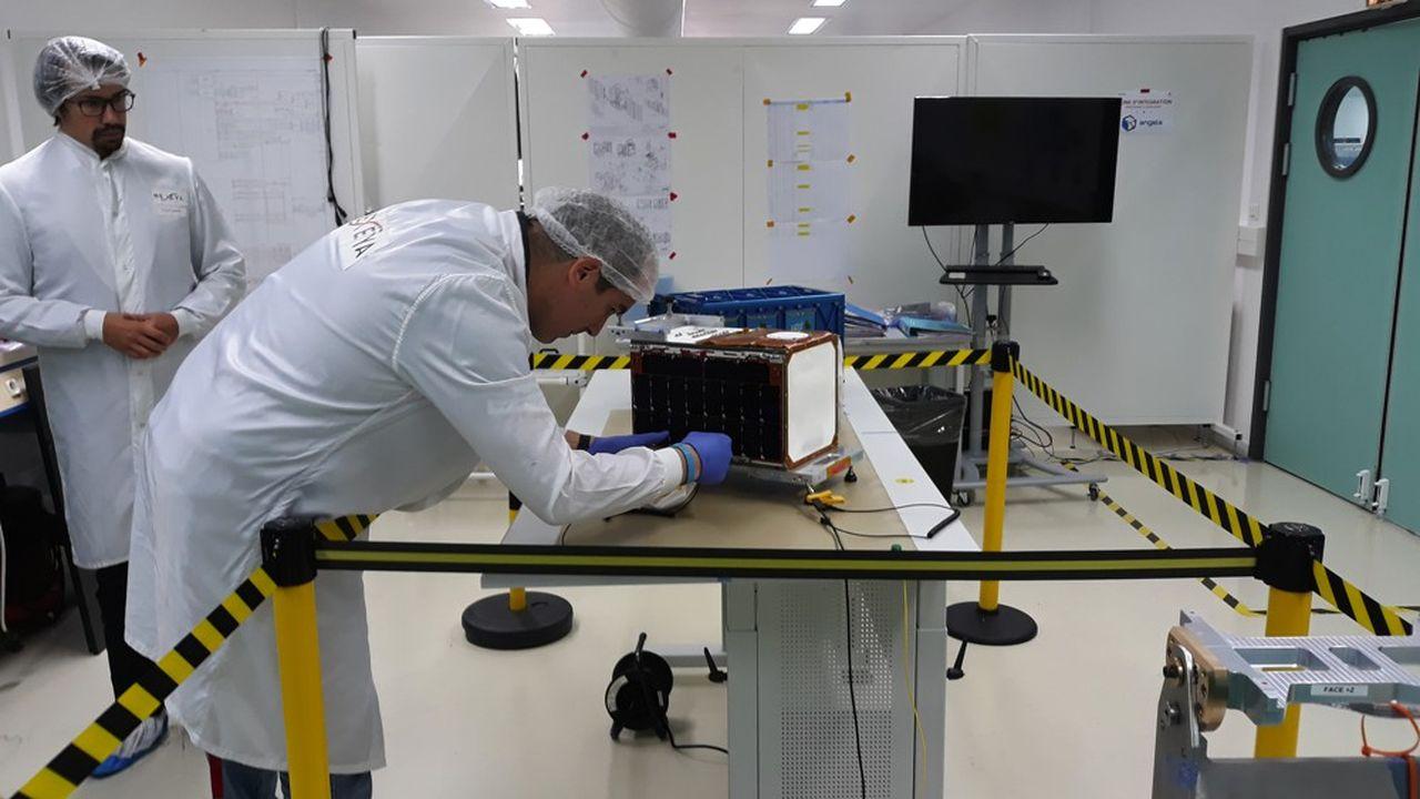 Hemeria, fin du montage du nanosatellite Angels, photo Laurent Marcaillou octobre2019