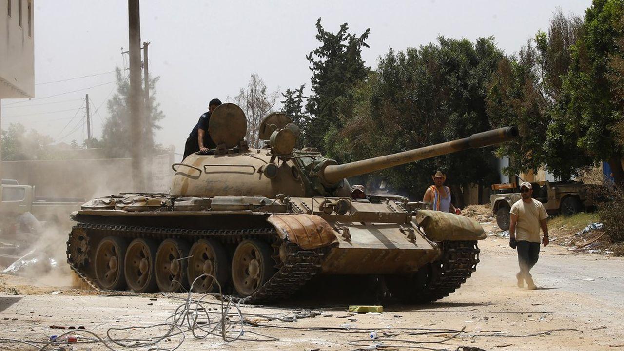 Des troupes fidèles du gouvernement de Tripoli reconnu par la communauté internationale bloquent une position près de la capitale libyenne aux troupes du maréchal Khalifa Hafta qui en avril dernier a lancé une offensive depuis l'est de la Libye.