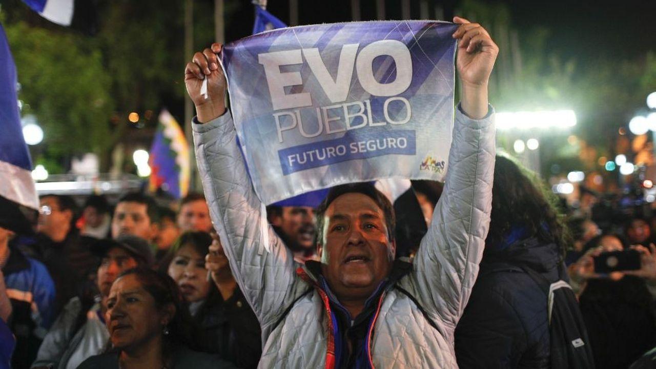 Un supporter du président bolivien sortant Evo Morales manifeste son soutien samedi 20octobre dans la capitale, LaPaz.