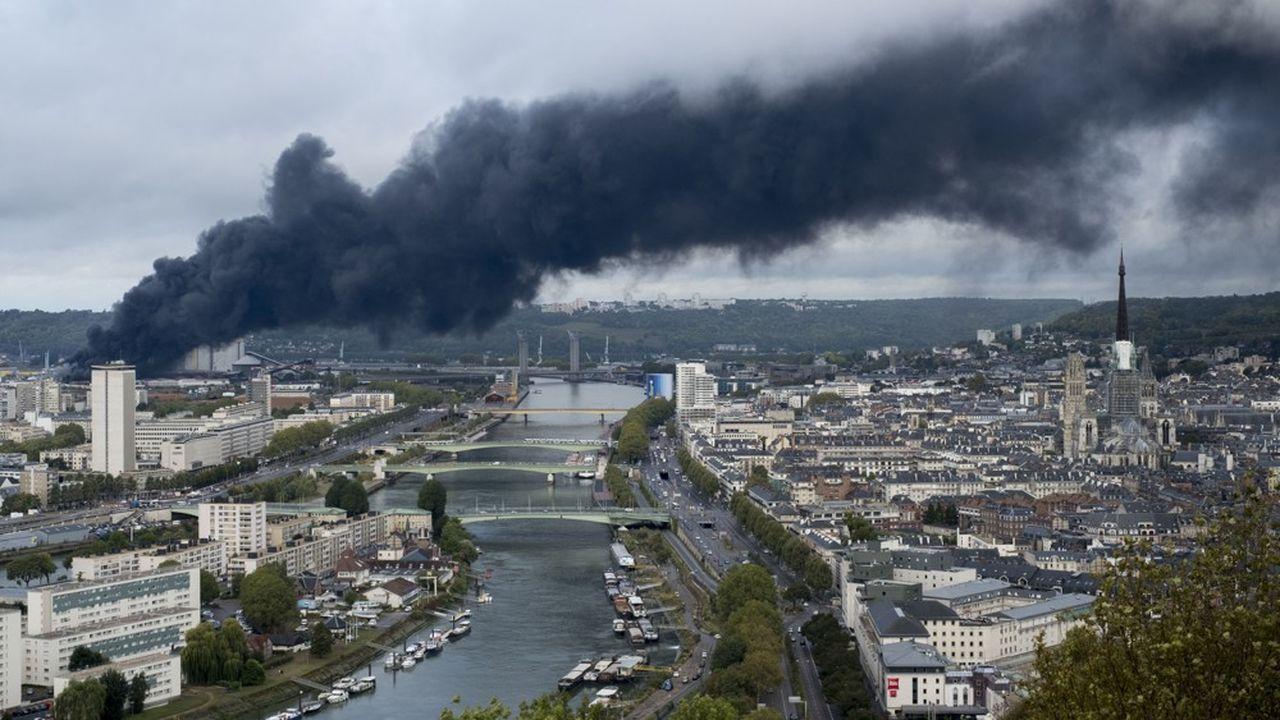 Un mois après l'incendie de l'usine Lubrizol de Rouen, site classé Seveso, le traitement de fûts endommagés contenant un produit potentiellement dangereux commencera «en principe» ce mercredi a annoncé le préfet de Normandie.