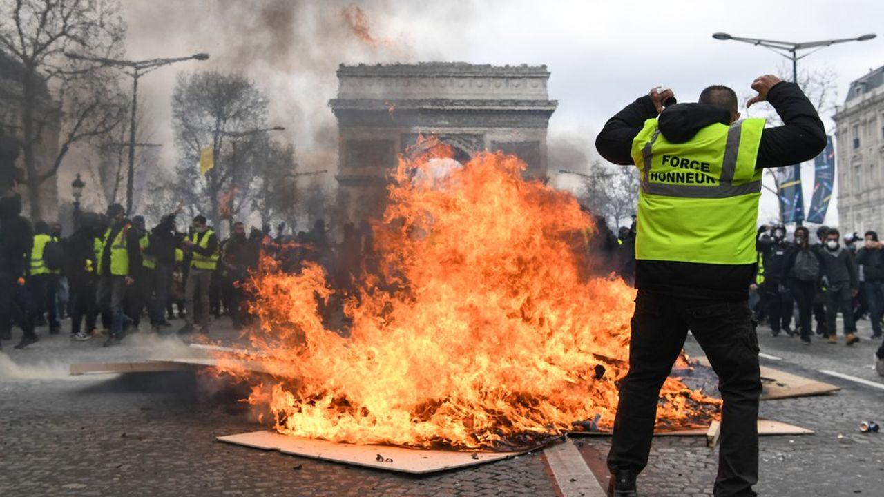 Manifestation de Gilest jaunes à Paris près de l'Arc de Triomphe, le 16 mars 2019.