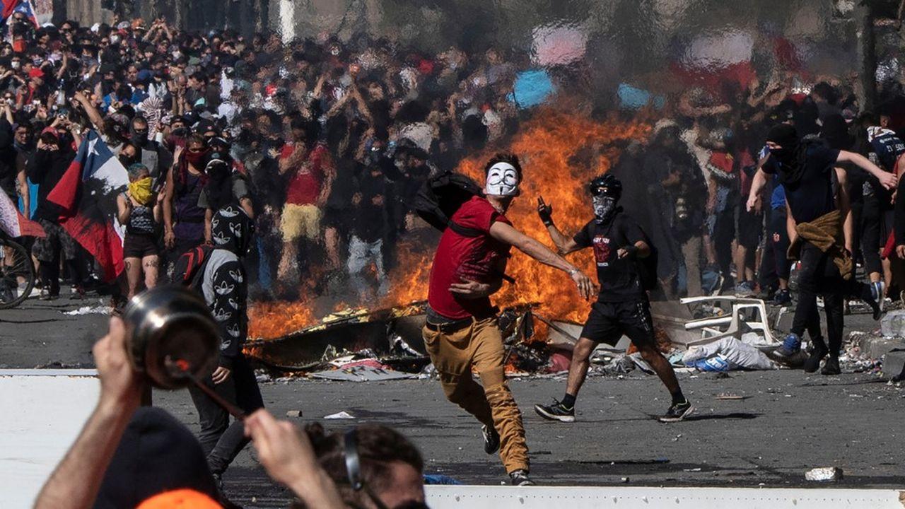 A Santiago du Chili, forces de l'ordre et manifestants s'affrontent violemment. En l'espace de cinq jours, le bilan fait déjà état de quinze morts.