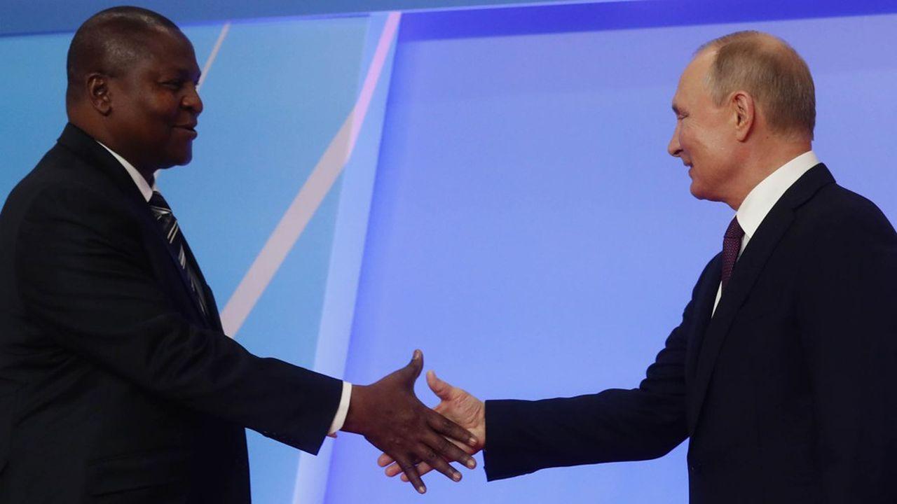 Entouré d'une trentaine d'autres dirigeants africains lors du premier Sommet Russie-Afrique à Sotchi, Vladimir Poutinea promis «au minimum de doubler» les échanges économiques russes avec l'Afrique d'ici 2024». Photo : Vladimir Poutine etFaustin-Archange Touadéra, président de la République centrafricaine.