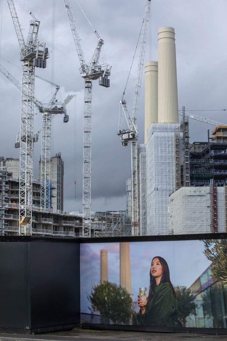 Bâtiment iconique, l'ancienne usine électrique de Battersea a vu ses cheminées abattues pour être reconstruites.