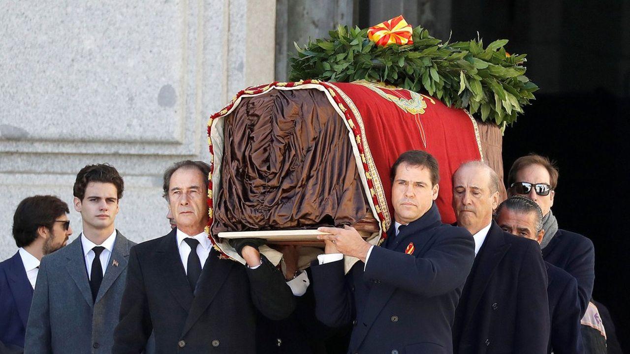 Le prince Louis Alphonse de Bourbon, duc d'Anjou, descendant de Louis XIV et arrière-petit-fils de Franco (premier à droite du cercueil) et Francis Franco, le petit-fils (derrière lui), ont porté la dépouille du caudillo qui a été exhumé, jeudi, du mausolée où il reposait depuis 44 ans.