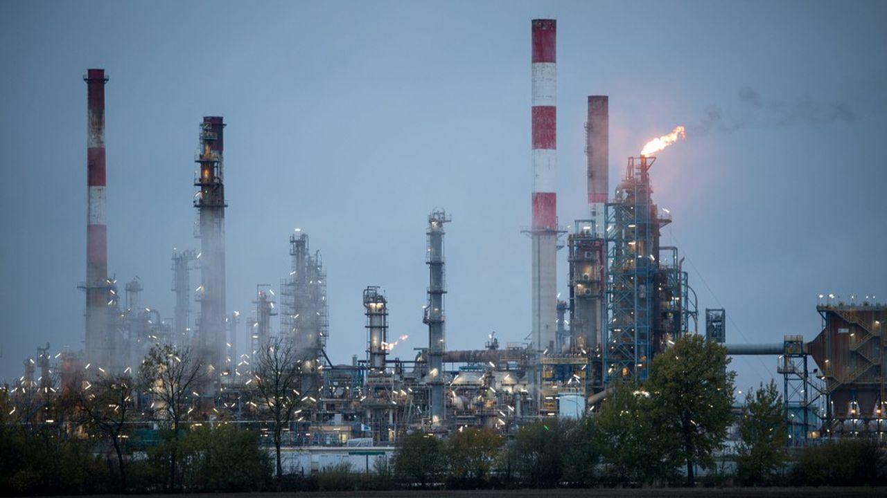 Les torchères brûlent le gaz en excédent des puits de forage et des raffineries.Le torchage vaut mieux que de laisser partir le gaz dans l'atmosphère, font valoir les professionnels. Mais des solutions techniques émergent pour capter et valoriser ce gaz en surplus.