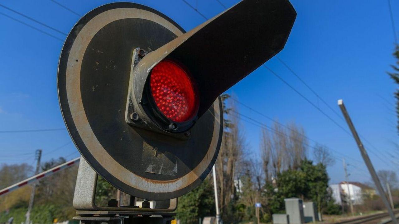 Le convoi routier exceptionnel impliqué dans la collision «n'avait manifestement pas pris les mesures nécessaires et réglementaires pour emprunter ce passage à niveau», selon le directeur général sécurité de la SNCF, Frédéric Delorme.