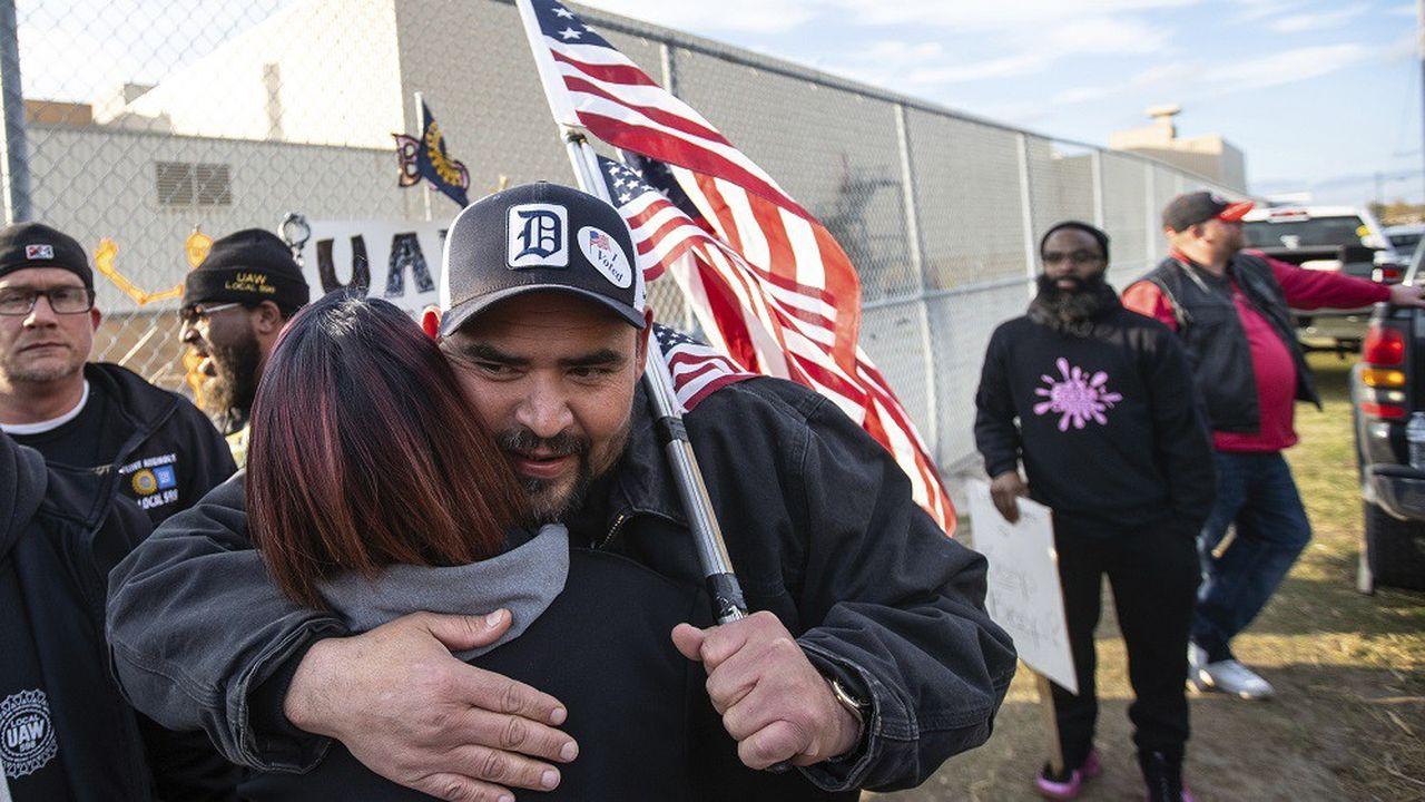 Les quelque 50.000 salariés américains syndiqués de General Motors (GM) ont approuvé vendredi un accord salarial.