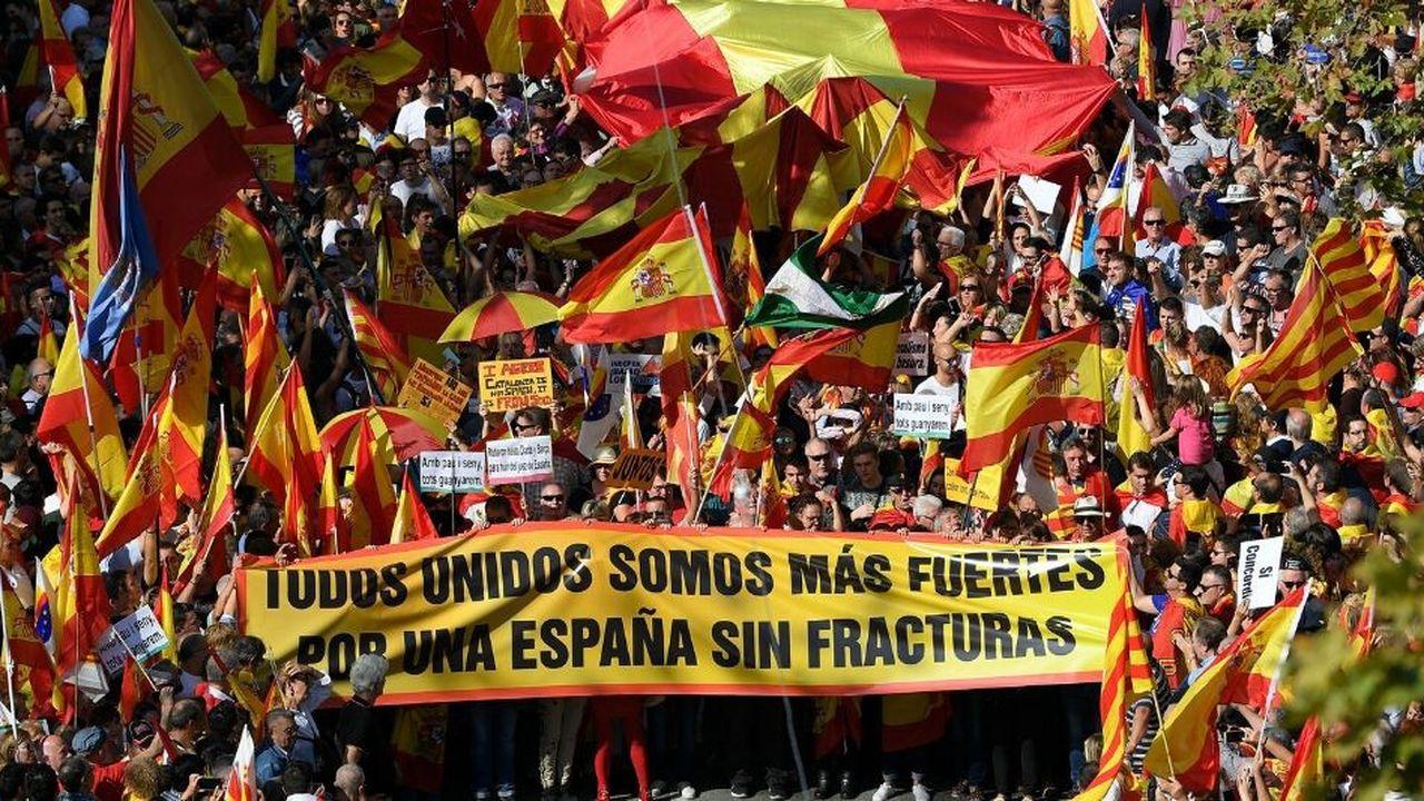 Près de 80.000 anti-indépendantistes se sont réunis dimanche dans les rues de Barcelone, appelant à l'unité de la région autonome avec Madrid