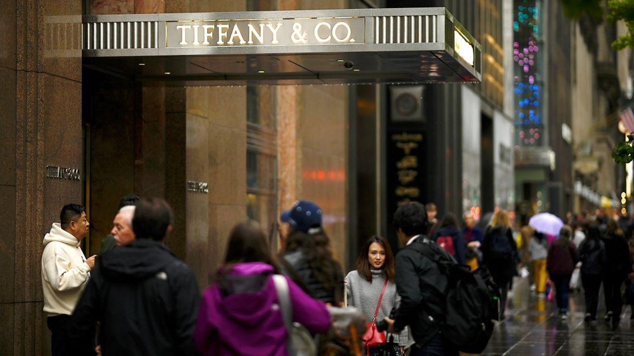 Le cours de Bourse de Tiffany a bondi de près de 30% lundi à l'ouverture de Wall Street après que LVMH a confirmé son intérêt pour le joaillier.