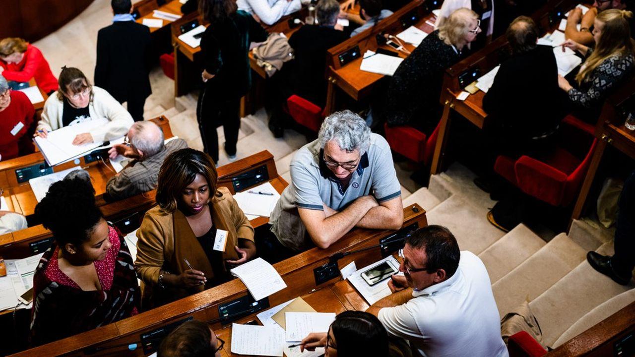 Premier week-end de la convention citoyenne pour le climat au Cese à Paris. Séance de travail par groupes dans l'hémicycle.