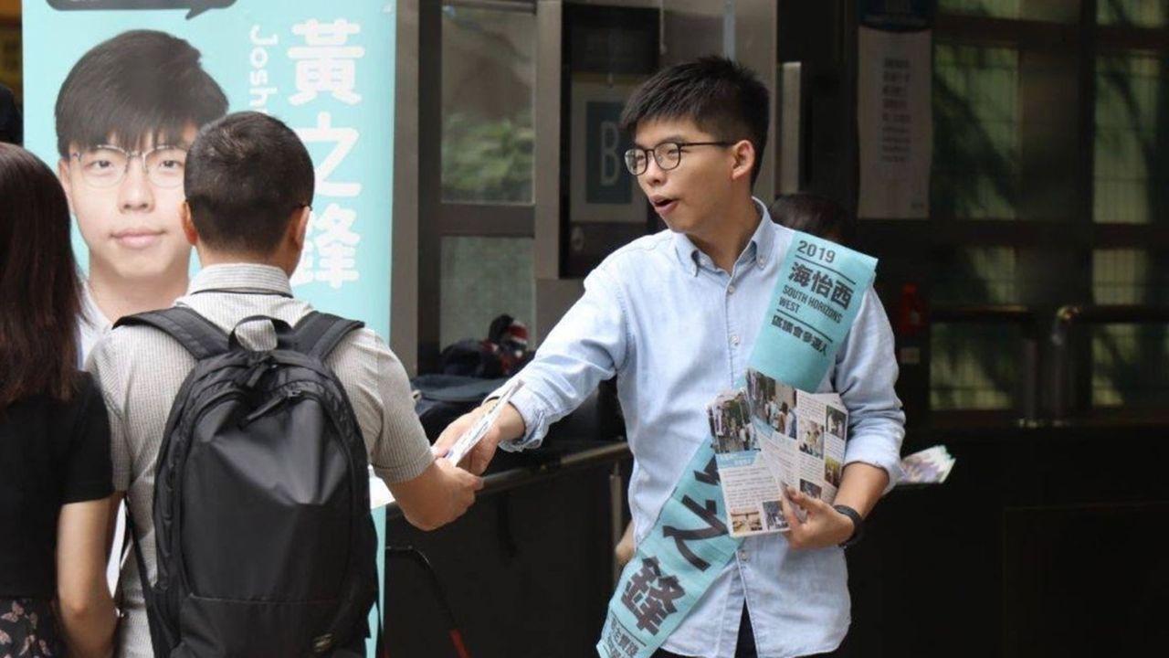 «Je condamne fortement le fait que le gouvernement se livre à un filtrage politique et à de la censure, et me prive de mes droits politiques», a déclaré Joshua Wong dans un communiqué publié ce mardi sur sa page Facebook.