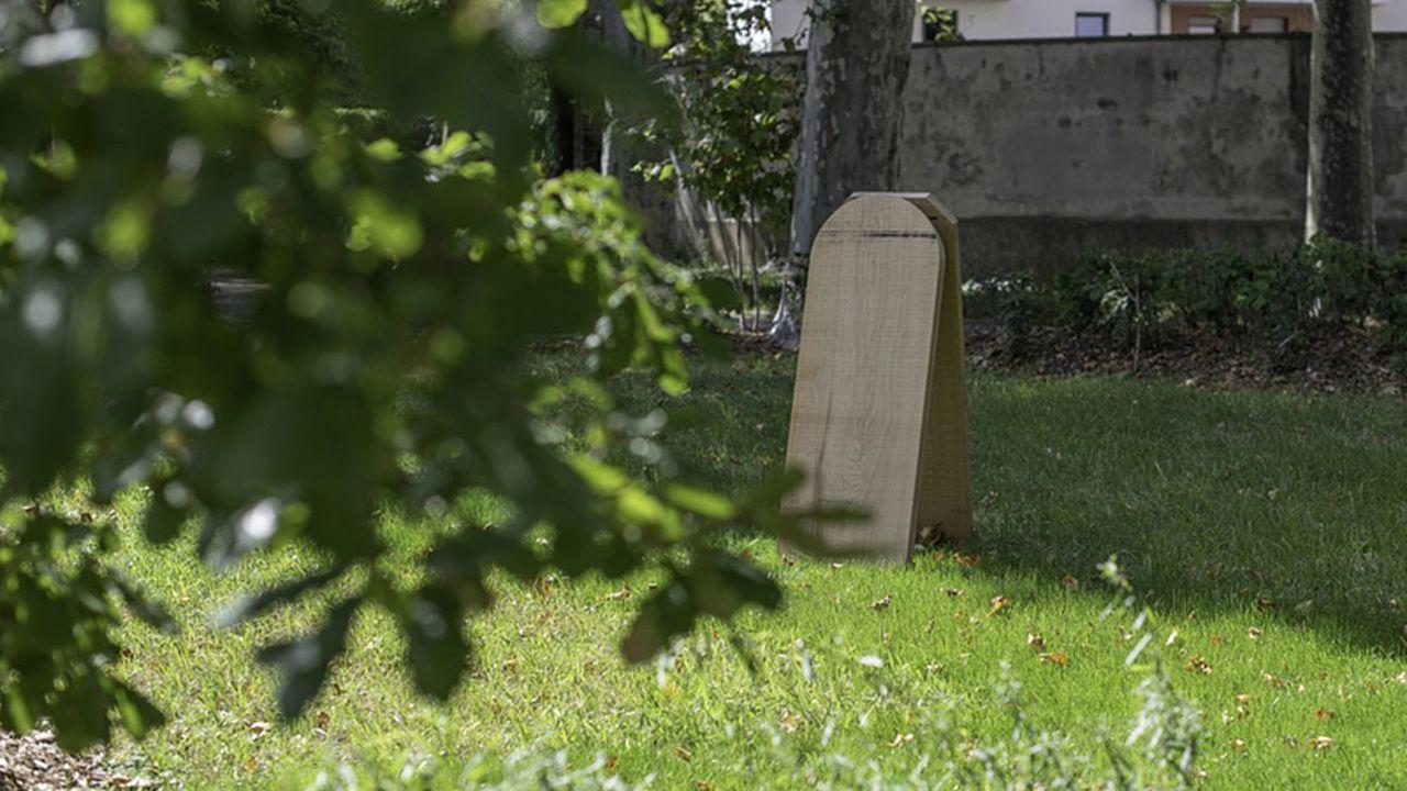 La ville, chargée de 20 cimetières (dont six en petite couronne), s'efforce d'évoluer en adéquation avec les attentes de ses administrés.