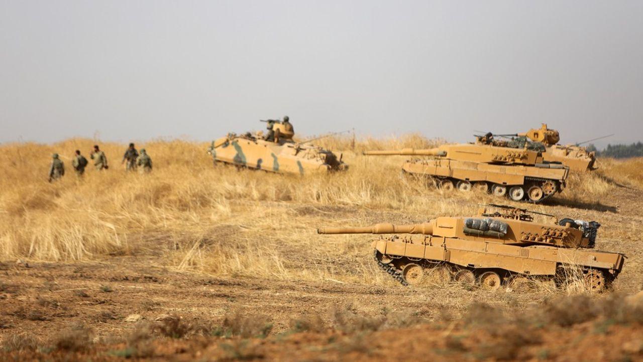 Les forces militaires turques, appuyées par des chars de combat positionnés dans le Nord-Est syrien.