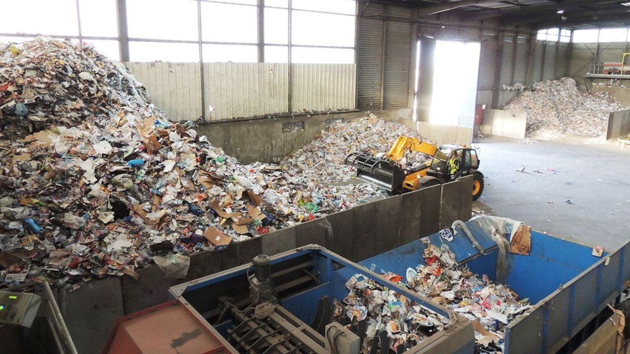 Les 107millions de tonnes de déchets collectés l'an dernier (+2% en un an) ont rapporté au millier d'entreprises du secteur un chiffre d'affaires de 9milliards d'euros (-0,8%), selon l'estimation de leur fédération, Federec