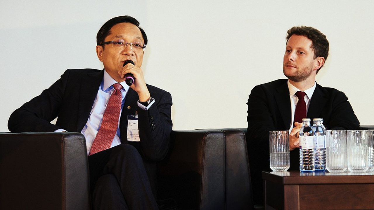 En présence de Yuan Ding, vice-président et doyen de la China European International Business School, le conseiller d'Emmanuel Macron sur l'Europe, Clément Beaune (à d.), a souligné mercredi à Berlin la ferme volonté du président français de défendre les intérêts de l'Union européenne lors de sa visite en Chine le 4novembre.