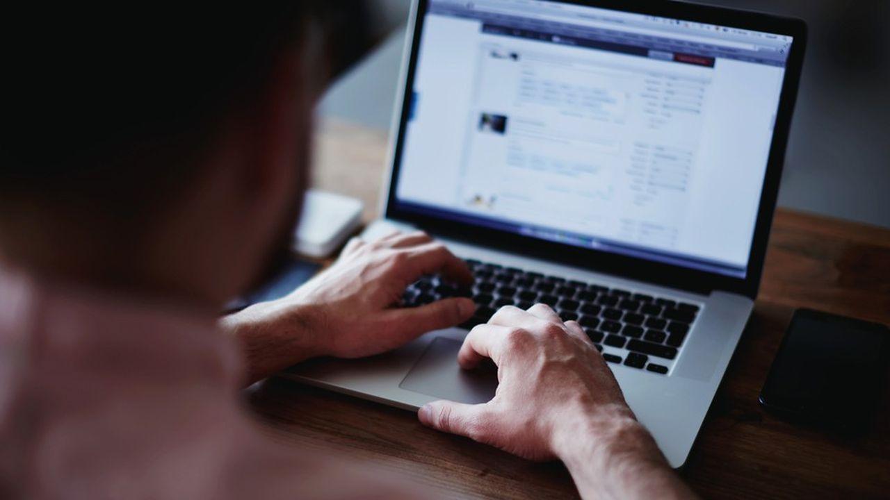 Parmi les usagers d'Internet, 14% n'ont ni envoyé ni lu de courriels et 54% n'ont pas communiqué via les réseaux sociaux