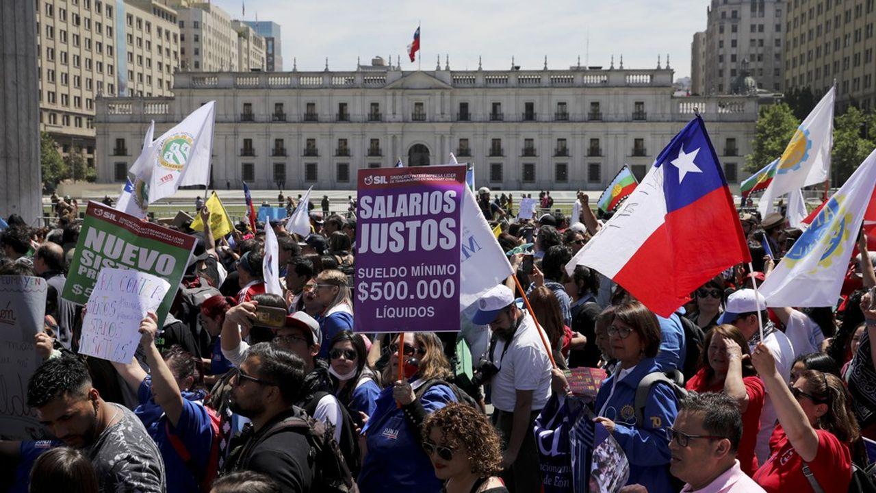Le président chilien Sebastian Pinera, après presque deux semaines de manifestations nationales contre l'inégalité économique et sociale dans son pays, a décidé d'annuler la tenue de deux sommets internationaux d'importance majeure à Santiago, la capitale.