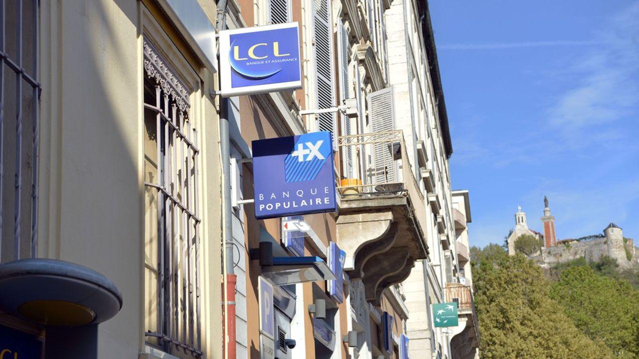 Des banques dans une rue de Vienne (Isère).