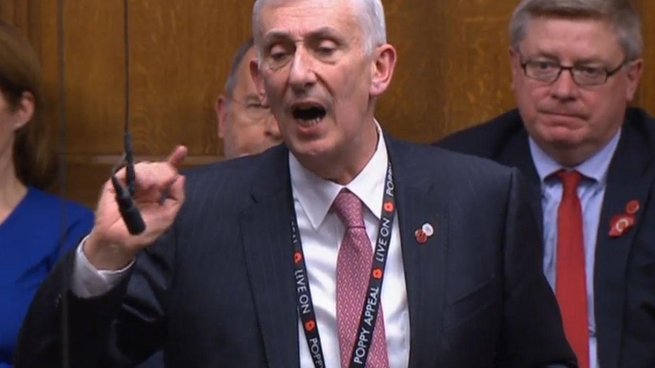 Connu pour son fort accent du nord-ouest de l'Angleterre, Lindsay Hoyle, 62 ans, est député depuis 22 ans.