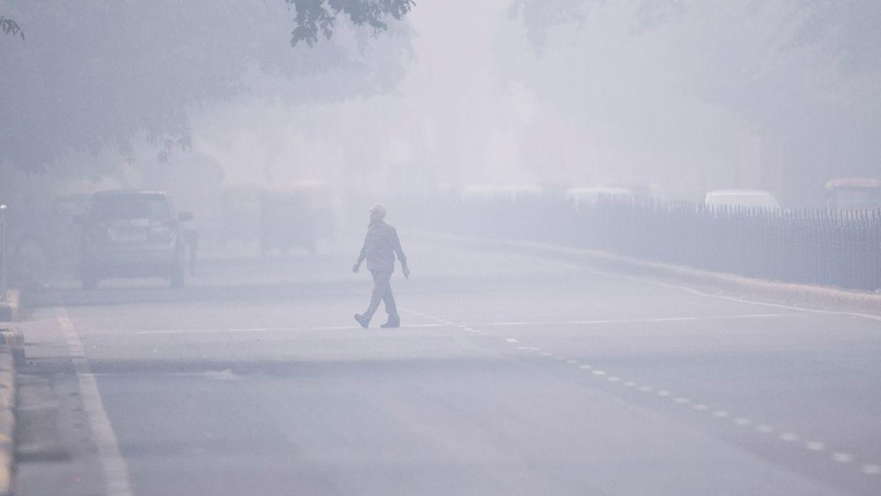 L'épais brouillard dû à la pollution masque les rues de la capitale indienne et rend malade ses habitants.