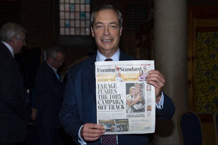 Nigel Farage pose avec la Une du «Evening Standard» après avoir rejeté une alliance avec le parti conservateur.