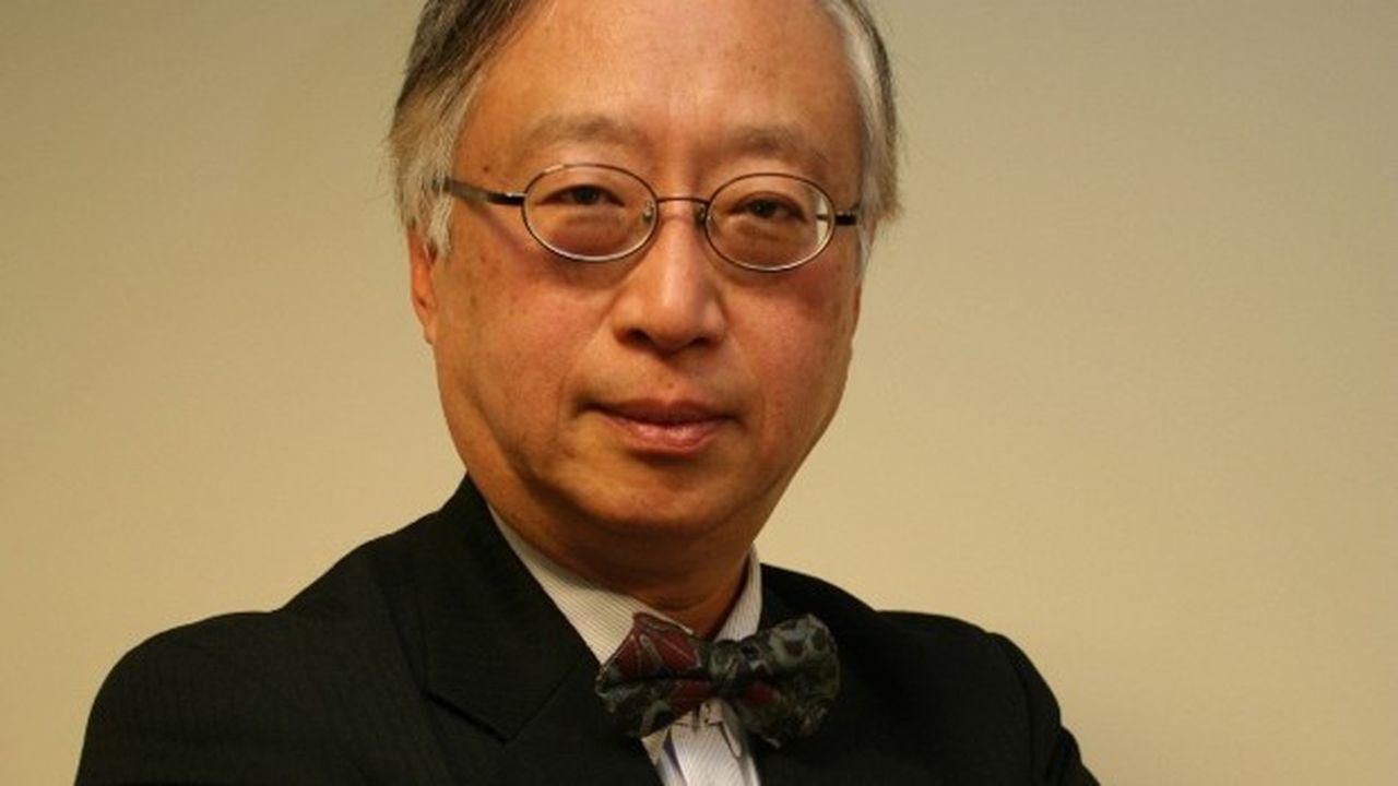 Ancien numéro deux économique duministère des Affaires étrangères nippon, il a négocié plusieurs accords de partenariats économiquespour le Japon au début des années 2000. Yorizumi Watanabe enseigne désormais l'économie internationale à l'université Kansai, après avoirété professeur à l'université de Keio.