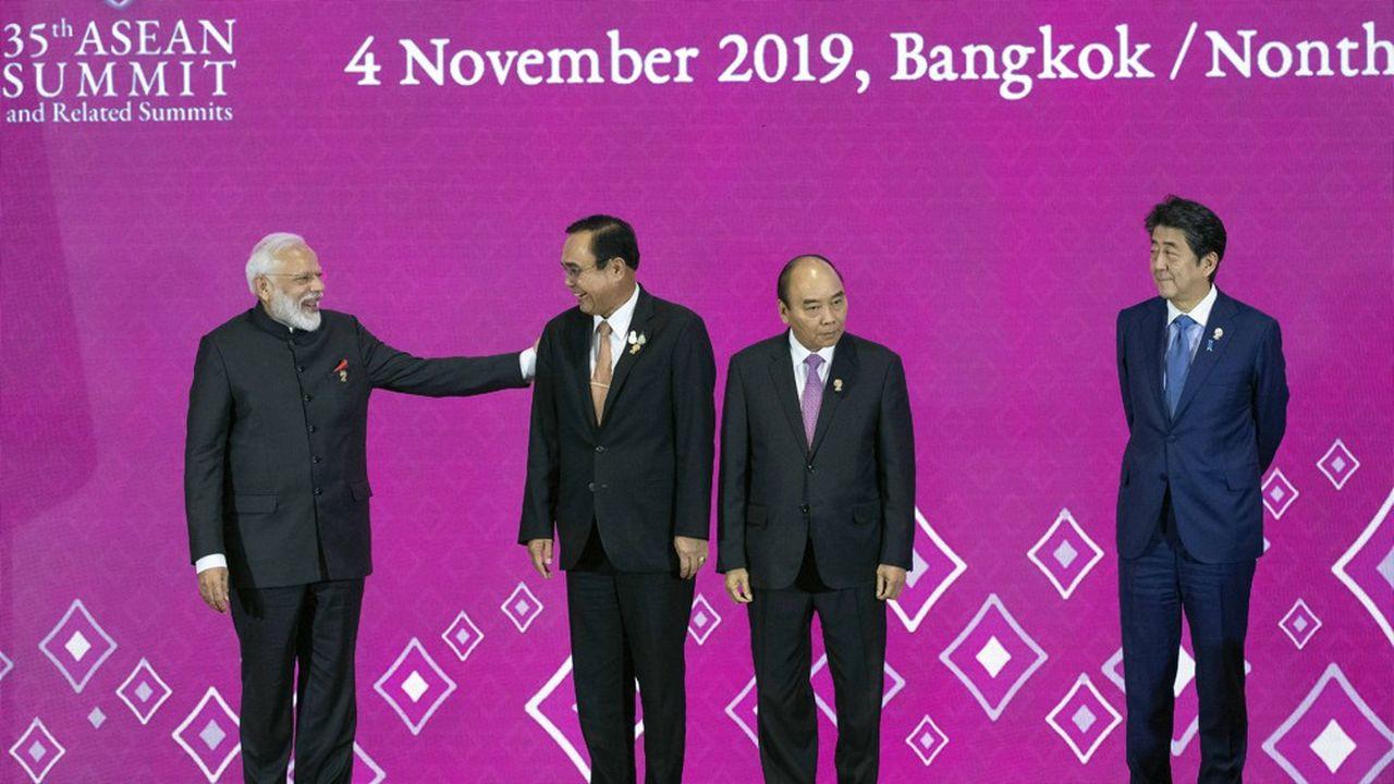 A gauche, le Premier ministre indien Narendra Modi, aux côtés du Premier ministre thaïlandais Prayuth Chan-ocha, du Premier ministre vietnamien Nguyen Xuan Phuc et du Premier ministre japonais Shinzo Abe, lors de la dernière réunion de l'Asean à Bangkok, le 4 novembre 2019.
