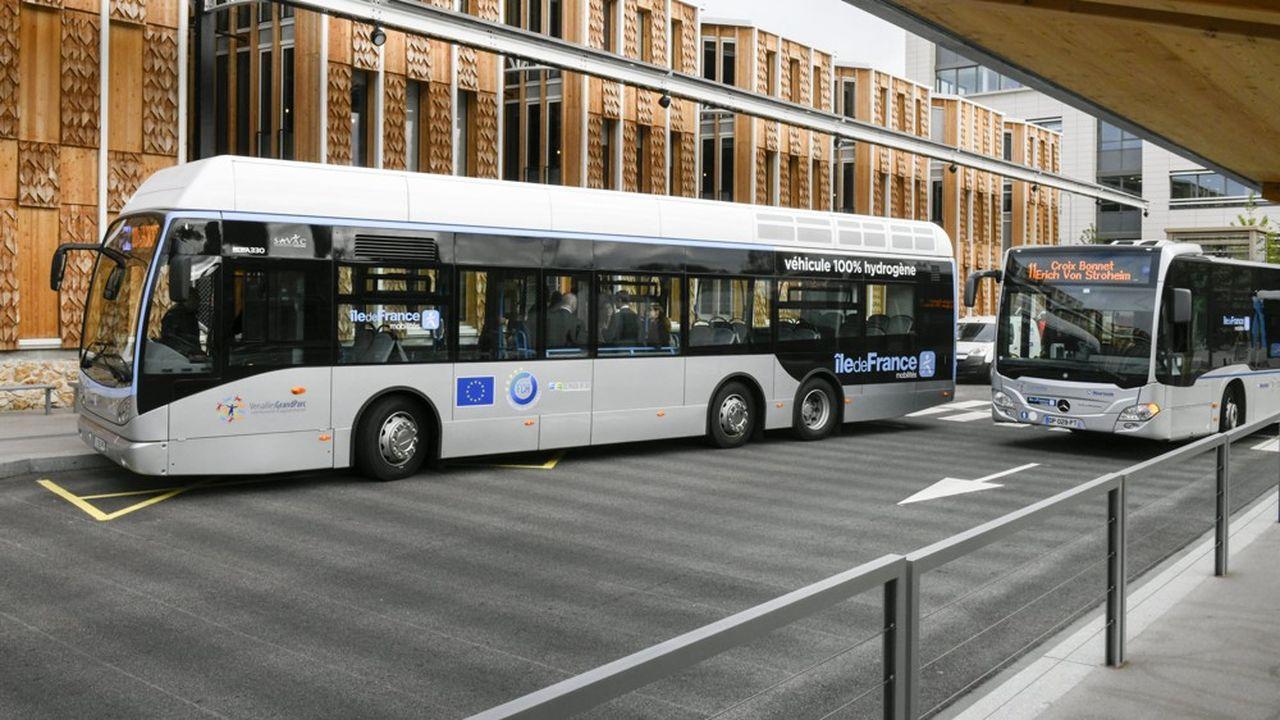 Les deux bus à hydrogène de marque Van Hool exploités par l'opérateur de transport public Savac sont rechargés quotidiennement à la station dédiée de Loges-en-Josas (Yvelines) réalisée par Air Liquide.