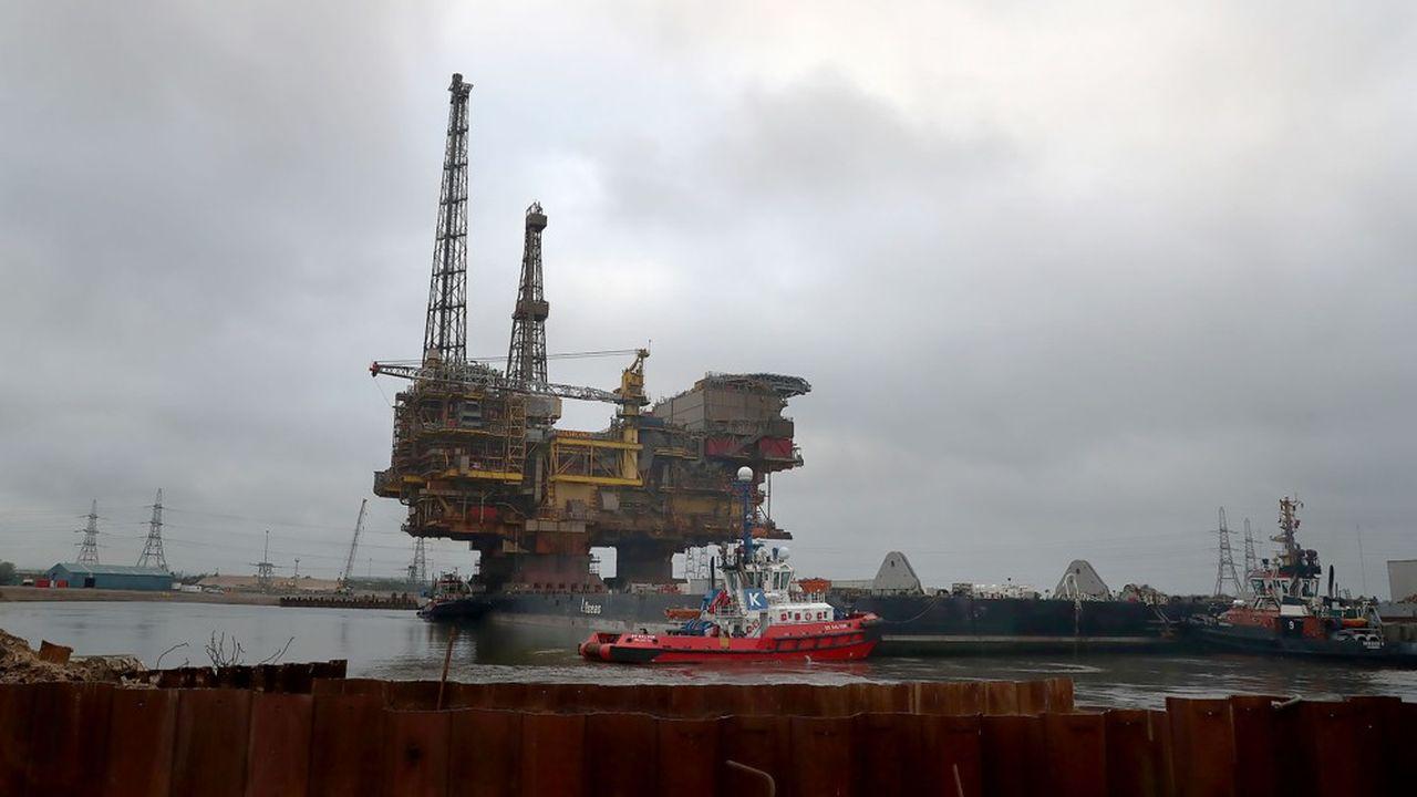 La plate-forme Brent Delta de Shell a été remorquée jusqu'au port britannique de Teeside en 2017 pour être démantelée.