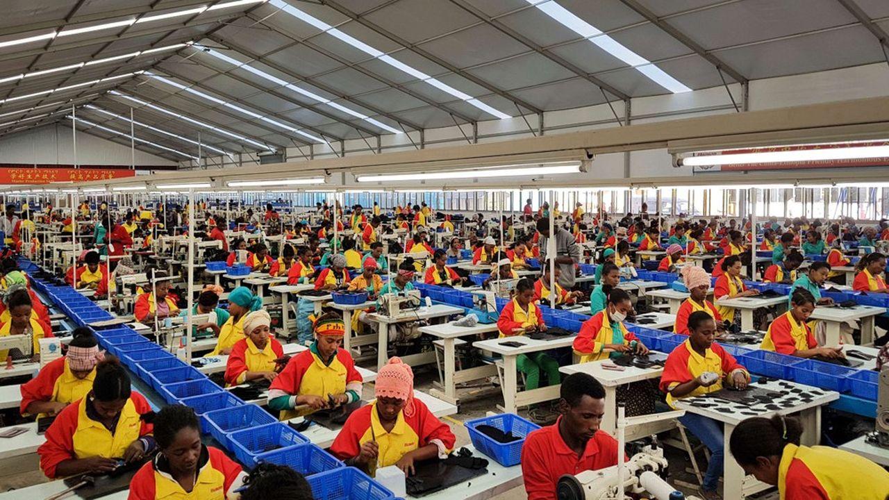 Des ouvriers éthiopiens produisent des chaussures dans l'usine du complexe Lebu, de l'entreprise chinoise Huajian's près d'Addis Ababa, capitale de l'Ethiopie.
