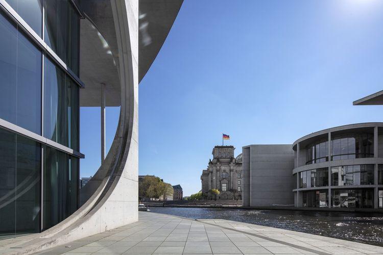 Le Reichstag : vu des bâtiments modernes du Bundestag