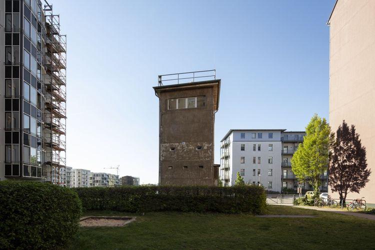 Le Mémorial Günter Litfin : cette ancienne tour d'observation est dédiée aux victimes abattues par les troupes frontalières. Elle porte le nom de la première d'entre elles, un tailleur tué par la police est-allemande le 24août 1961.