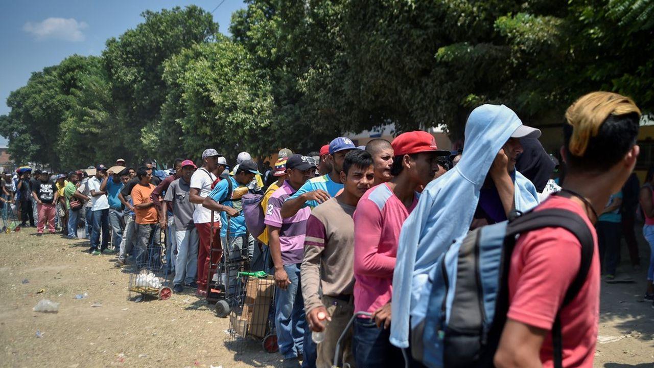 A la frontière du Venezuela, à Villa del Rosario en Colombie, des Vénézuéliens attendent de recevoir de la nourriture. Chaque jour, la Divina Pastora en coordination avec l'Eglise catholique et le soutien du PAM, l'agence de l'ONU, distribue des rations alimentaires à plus de 4.000 migrants.
