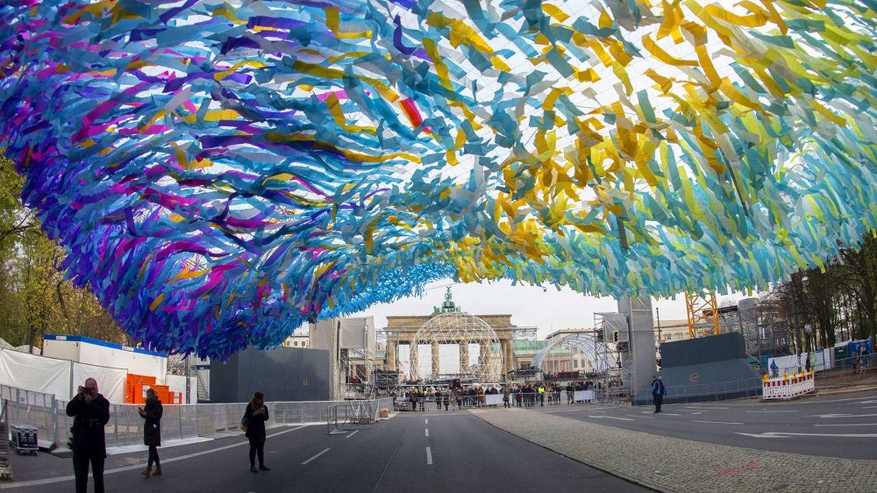 Le président allemand Frank-Walter Steinmeier clôturera samedi soir à Berlin les célébrations à la Porte de Brandebourg, face à un voile céleste, écho aux banderoles des manifestants de l'automne 1989.