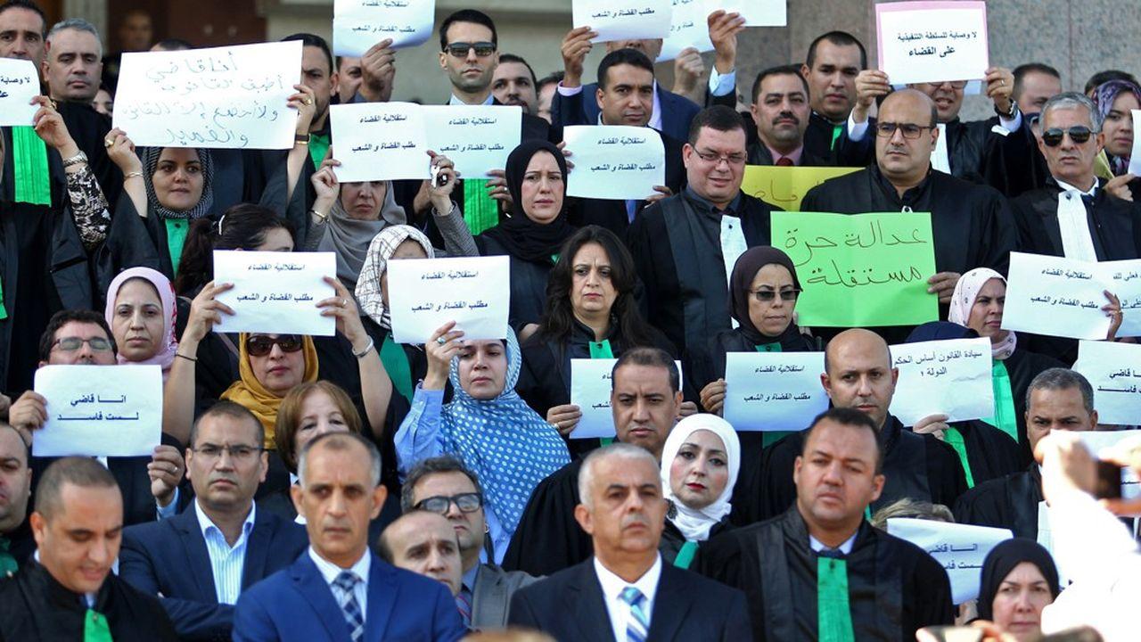 Des juges manifestent devant un tribunal durant la grève inédite qu'ils ont lancé fin octobre pour protester contre une mutation d'envergure considérée comme une atteinte à l'indépendance de la justice.