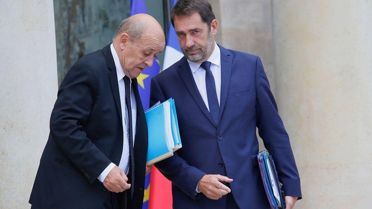 Jean-Yves Le Drian (à gauche), qui était déjà ministre sous François Hollande, est l'un des ministres à avoir un capital dans l'opinion. La plupart, à l'image de Christophe Castaner (à droite), ne sont guère populaires.
