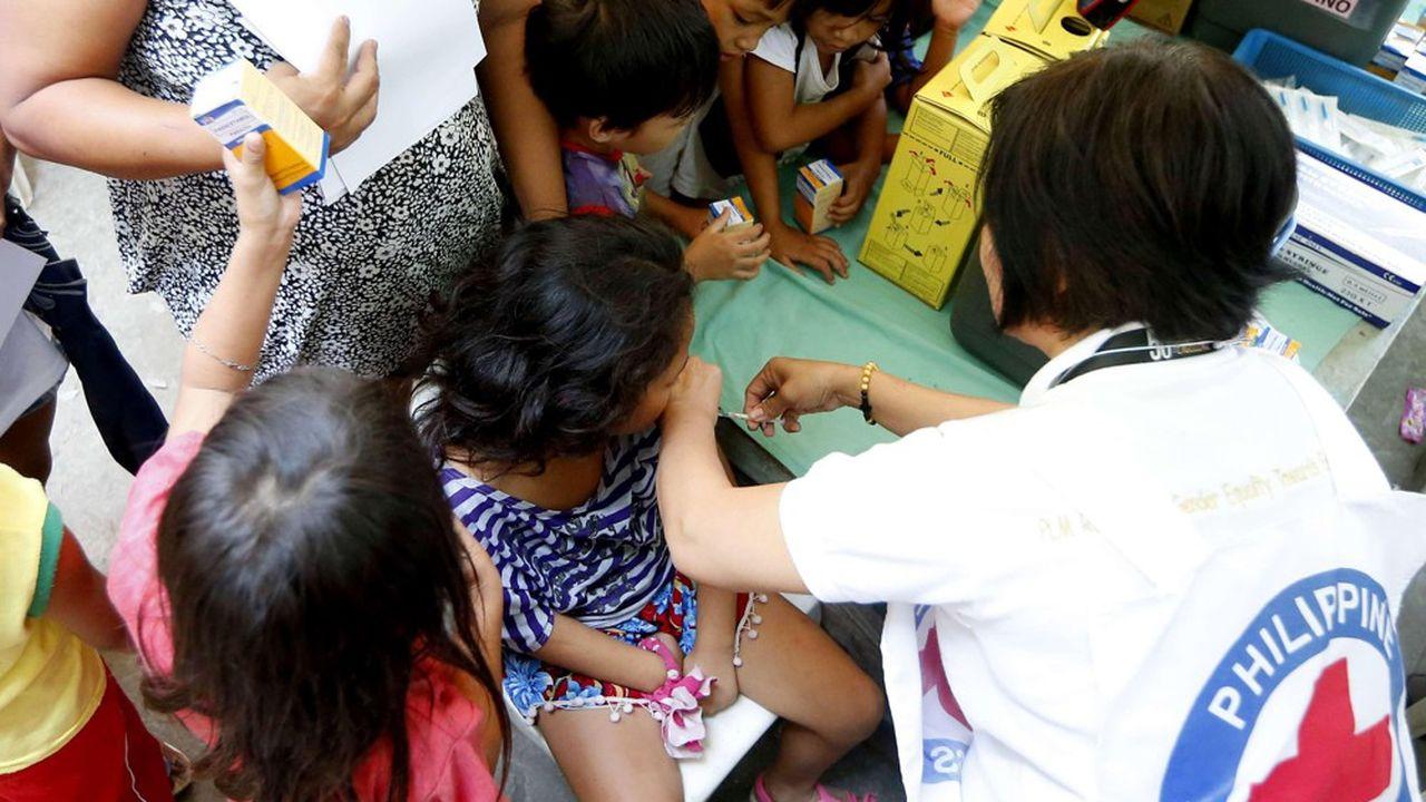 Volontaires philippins de la Croix Rouge vaccinant des enfants à Manille.