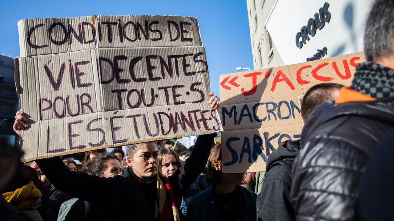 Plus de 1.000 personnes se sont rassemblées ce mardi devant le Crous de Lyon, en soutien à l'étudiant qui s'est immolé vendredi pour dénoncer une précarité financière trop importante.