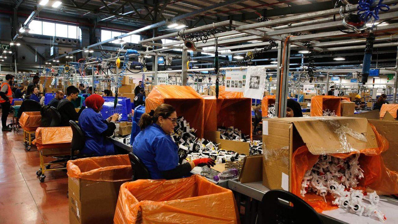 Des employés israéliens et palestiniens travaillent à Rahat, dans le désert du Negev, dans une usine de SodaStream, une entreprise fabriquant des produits de gazéification des boissons.