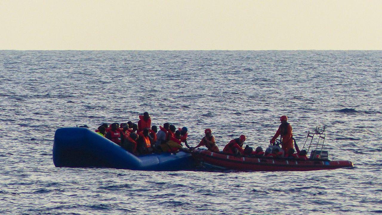 Nombre de migrants illégaux arrivent en Europe par la mer sur des zodiacs affrétés par des passeurs, comme celui-ci, secouru par une ONG allemande.