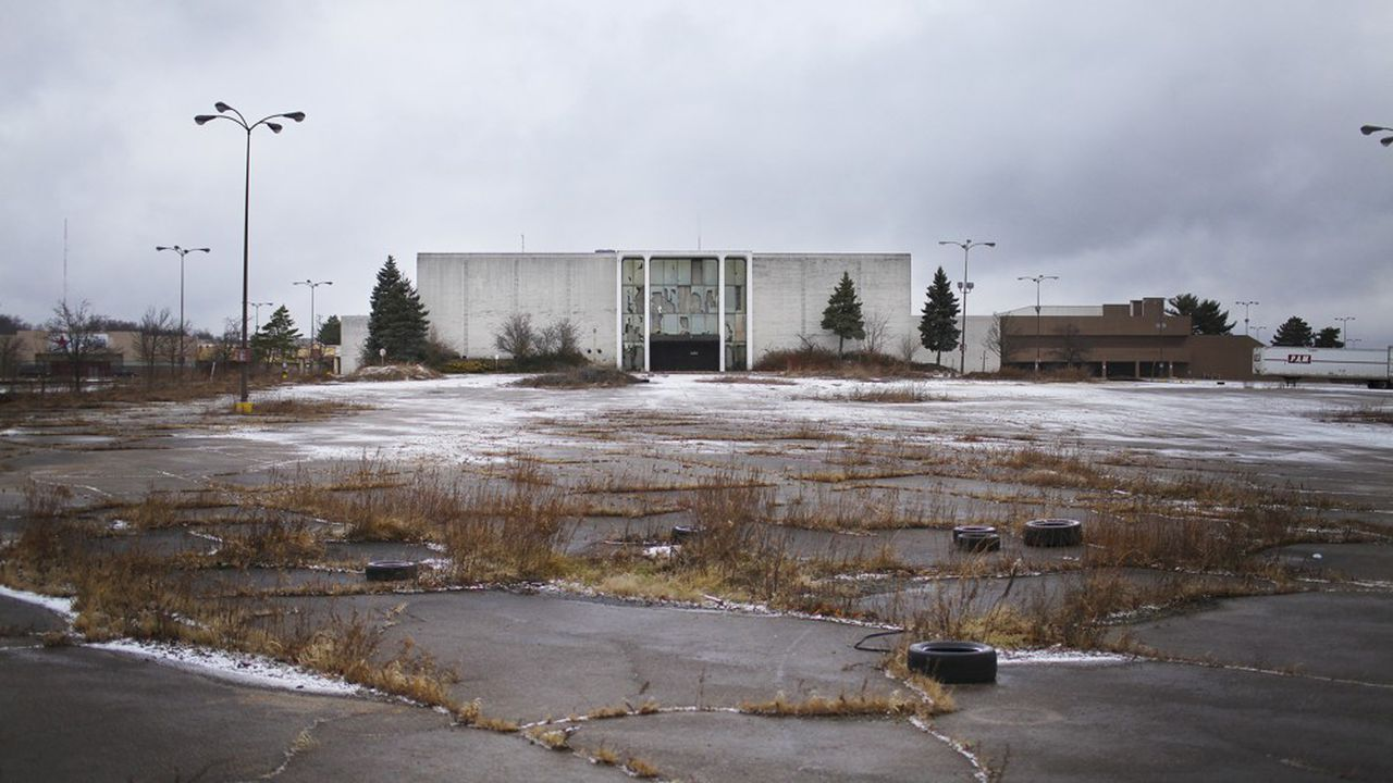 Dans certaines régions, comme ici à Akron dans l'Ohio, les malls ont laissé place à de gigantesques friches.