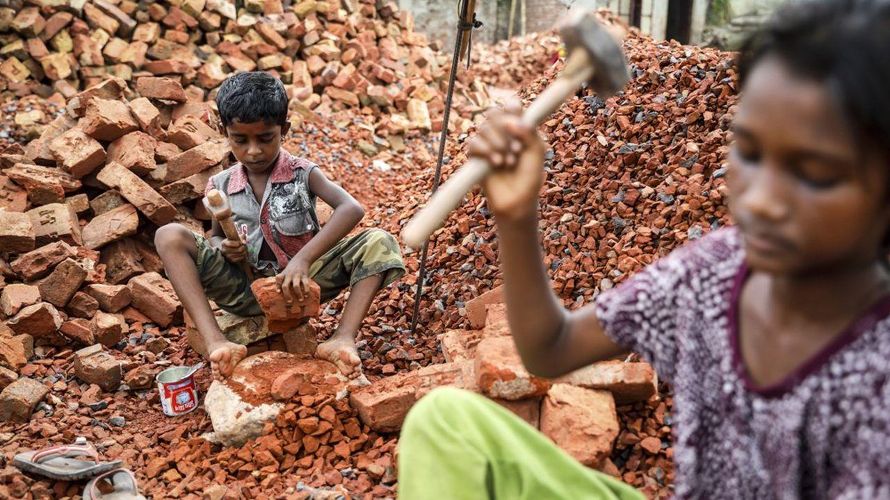 C'est en Asie orientale et du Sud est que l'on recense le plus d'enfants au travail. Ici, ils sont employés à casser des briques, gagnant moins d'une livre Sterling pour 100 briques détruites.