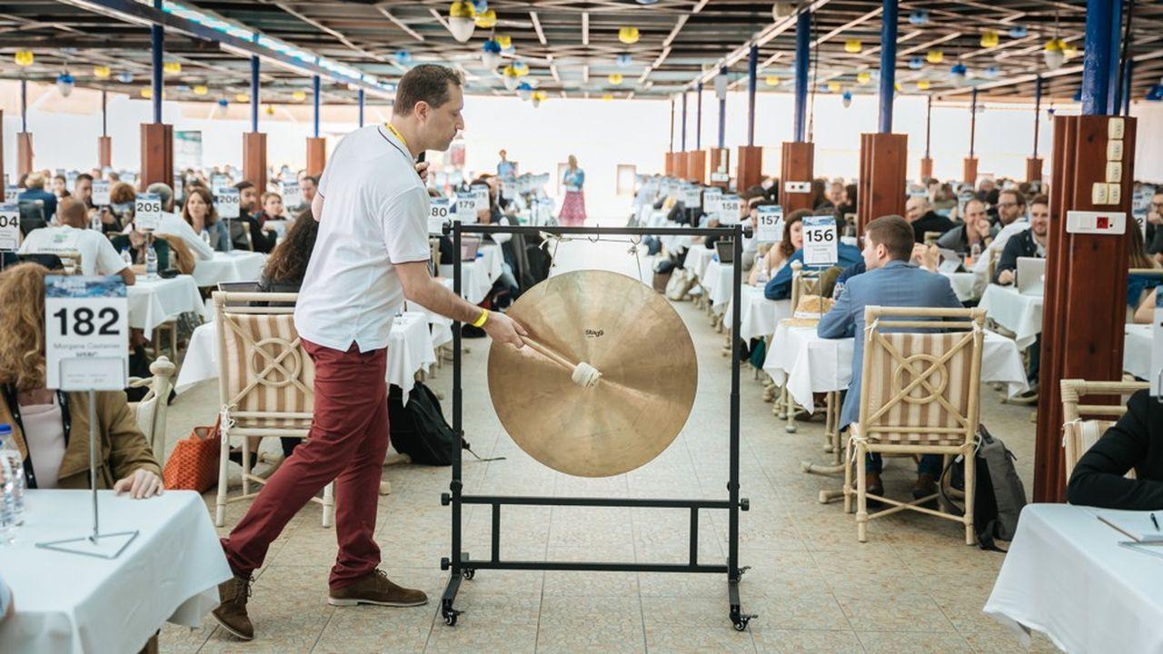 Toutes les sept minutes, au coup de gong, fournisseurs et acheteurs changent d'interlocuteurs.