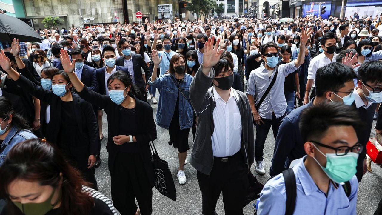 Alors que la détermination des manifestants ne faiblit pas, les forces de l'ordre et les autorités se montrent de plus en plus décidées à rétablir l'ordre.