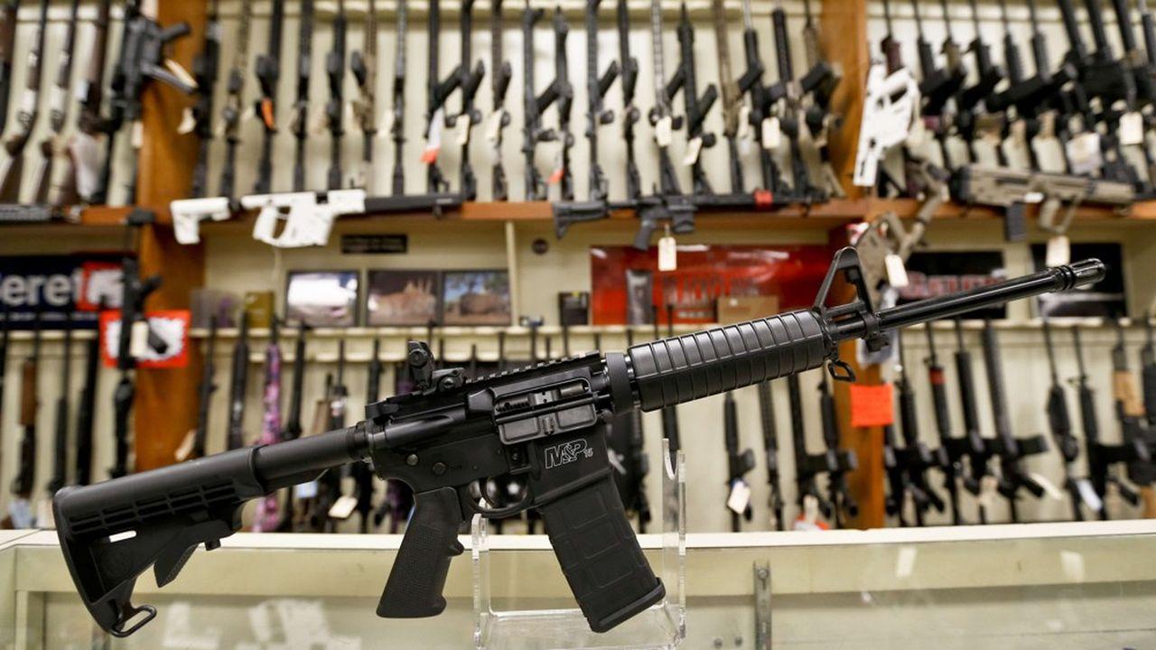 Smith & Wesson propose à la vente, pour un peu plus de 500 dollars, sa propre version du fusil d'assaut semi-automatique AR15, le MP15. L'arme a été utlisée dans la plupart des dernières fusillades de masse aux Etats-Unis, comme celle de Sutherland Spring (26 morts au Texas en 2017) ou celle du lycée de Parkland (17 morts en Floride en 2018).