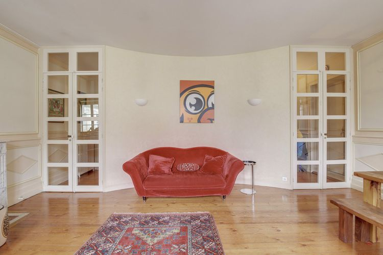 Dotée de belles hauteurs sous plafond, cet appartement exposé est ouest compte un salon lumineux de plus de 30 m²