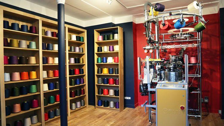 Importée d'Italie, la machine à tricoter permettra de réaliser les commandes spéciales des clients.