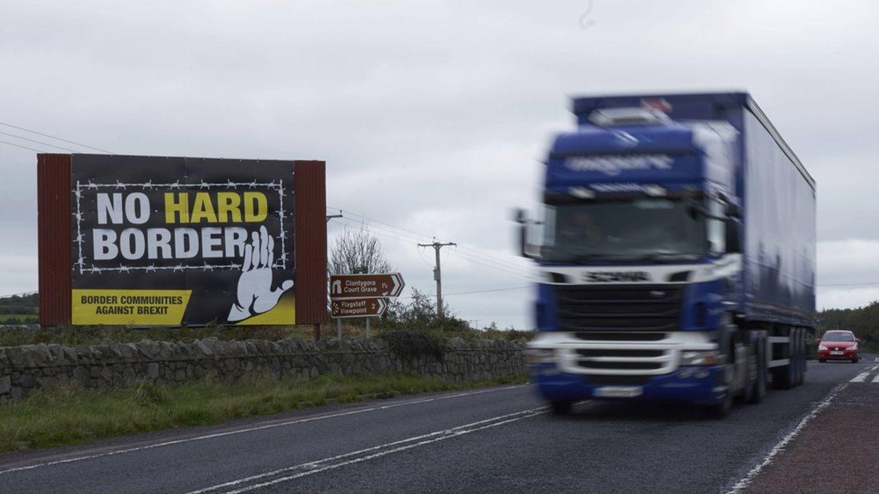 Entre l'Irlande du Nord et la République d'Irlande, toute frontière physique a disparu en vertu de l'accord du Vendredi saint de 1998, qui a mis fin à près de huit décennies de conflit meurtrier sur l'île.